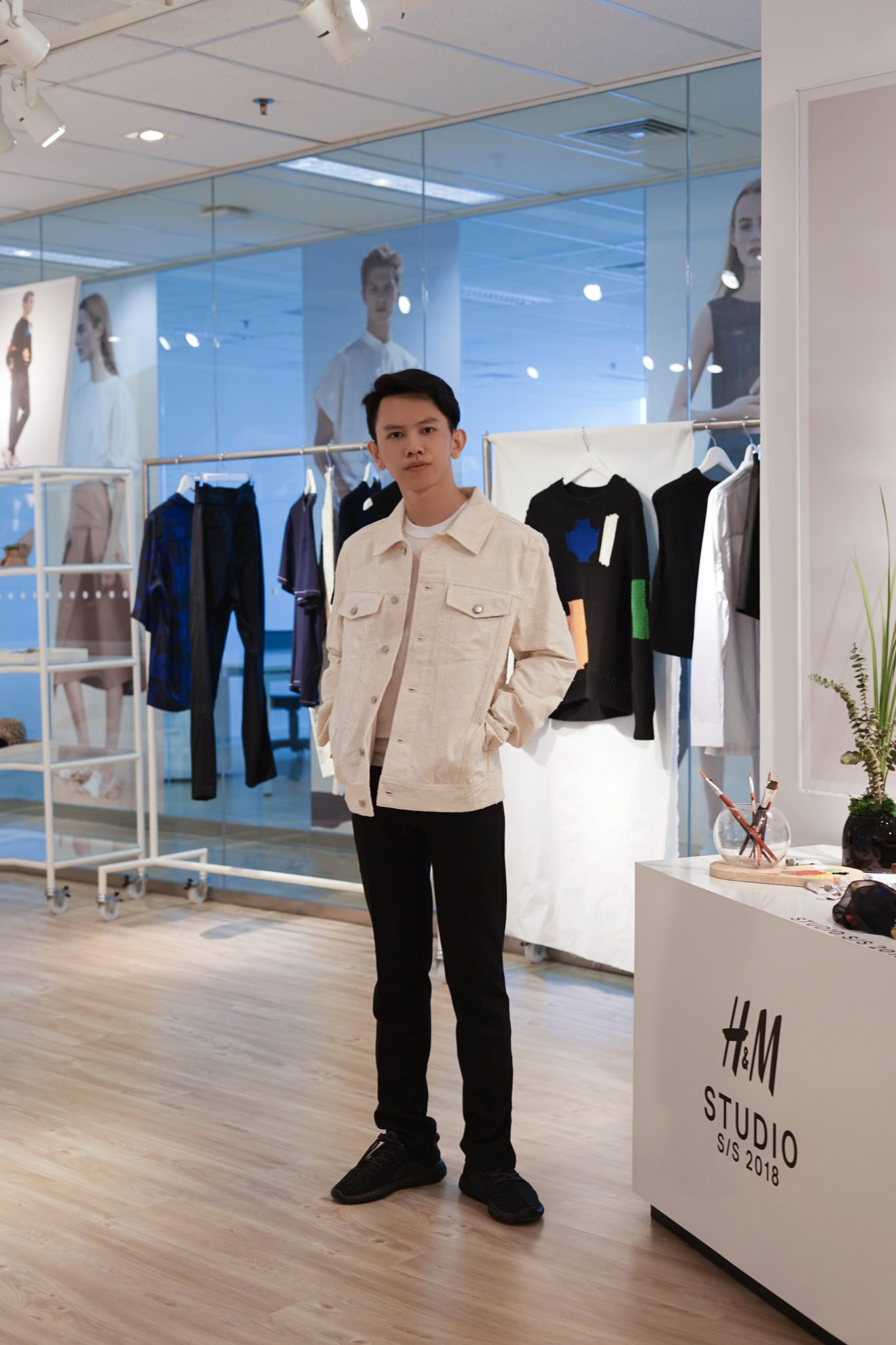 hendrawithjaya hendrawithjaya.com Hendra wijaya h&m studio ss 2018 hm hnm hm indonesia spring summer 2018 fashion paris fashion week fashion blogger style influencer indonesia cowok instagram endorsement buzzer content creator japanese inspired jumper collection blogger pria indonesia
